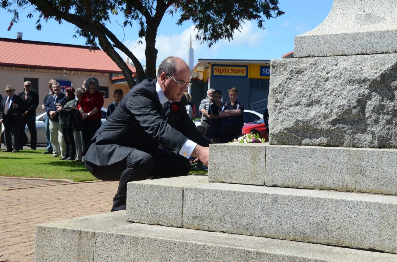 Mayor Peter Gandolfi lays his reef for Remembrance Day