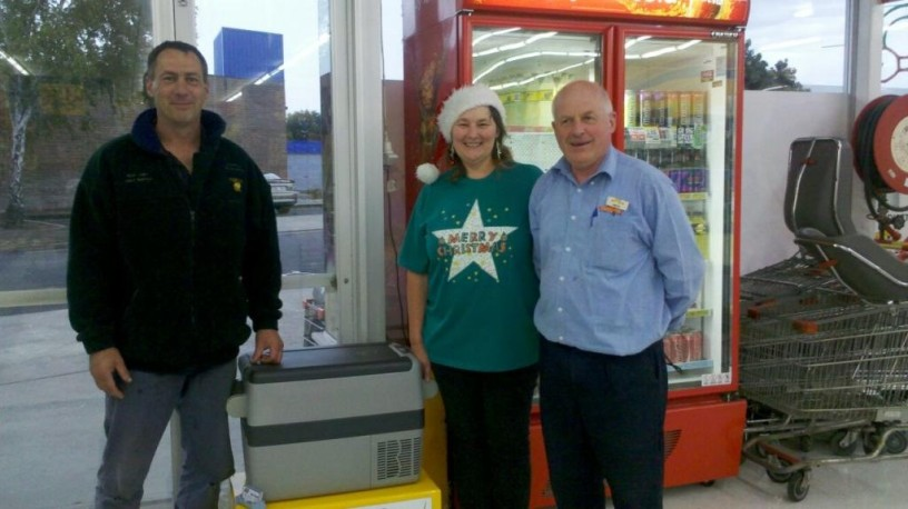 Fosters Foodland Competition 1st Prize winner Sandi Spinks (centre)won a 36 litre Koolmate car fridge